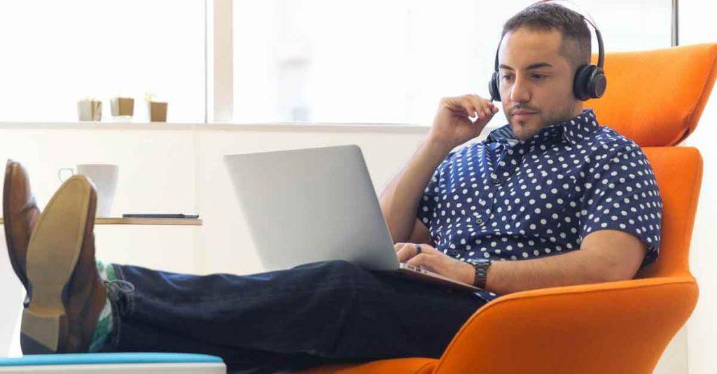Affiliate marketing business man on laptop